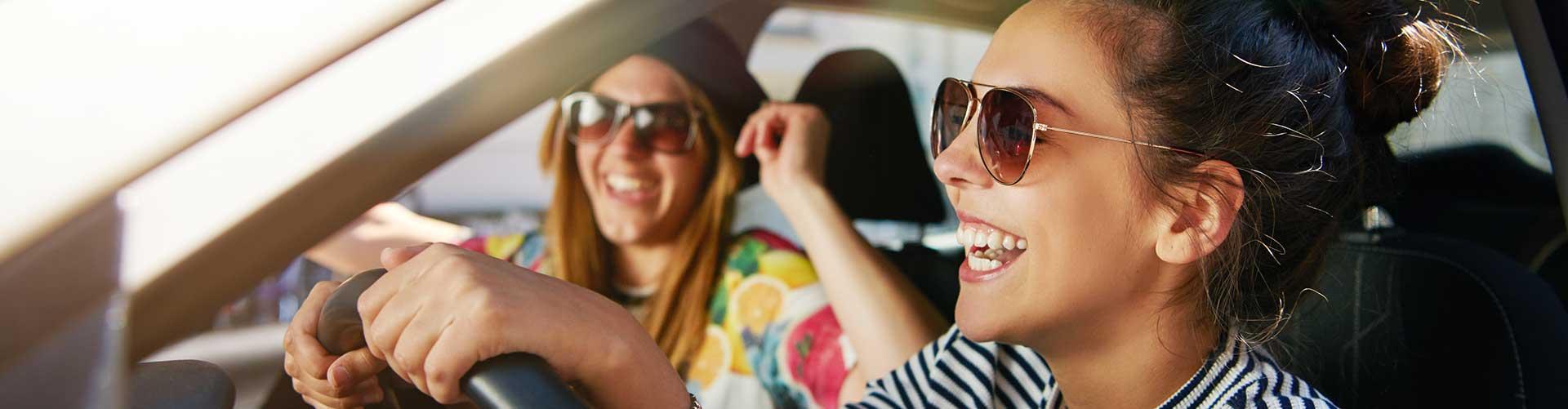 Zwei Frauen genießen ihr all-inclusive Auto-Abo.