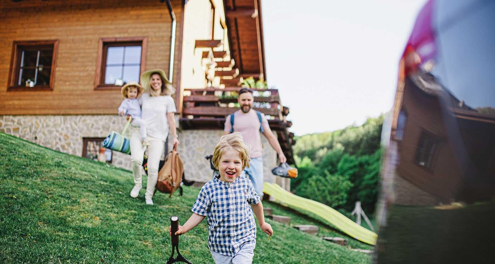 Familie auf Reise mit dem all-inclusive Auto-Abo.