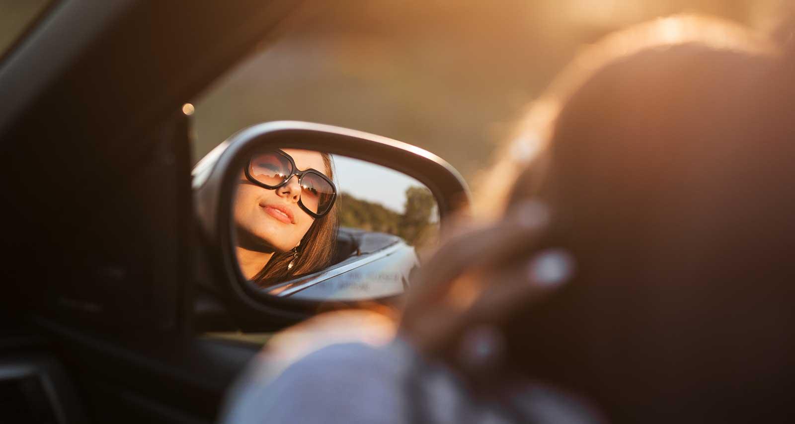 Frau genießt Autofahrt im Auto-Abo.