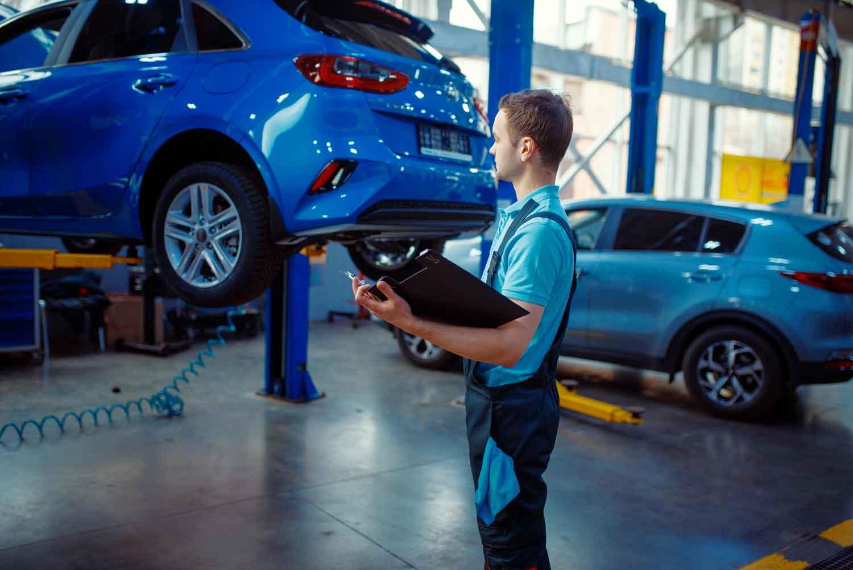 Ein Auto wird auf Mängel beim TÜV geprüft.