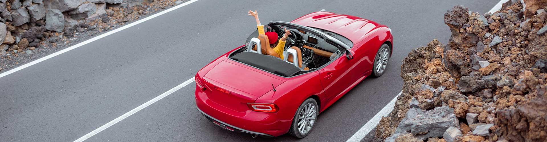 Frau entspannt nach langer Fahrt in ihrem Auto-Abo.