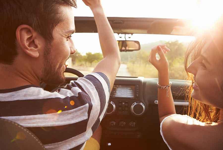 Paar hört Musik durch Carplay in ihrem Auto-Abo von ViveLaCar.