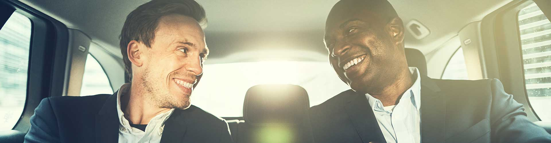 Zwei Businessmänner unterhalten sich über eine mögliche Kooperation.