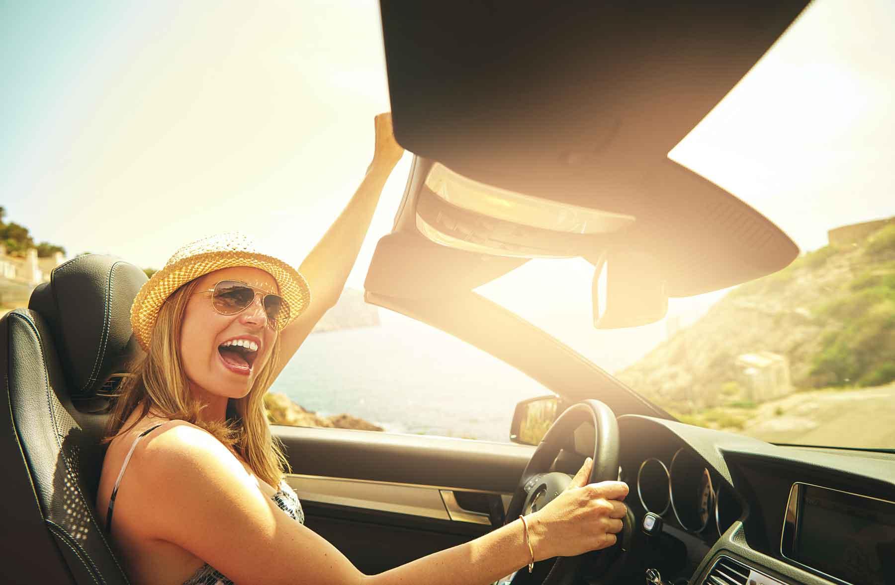 Eine Frau freut sich über Förderprämien für Elektroautos.