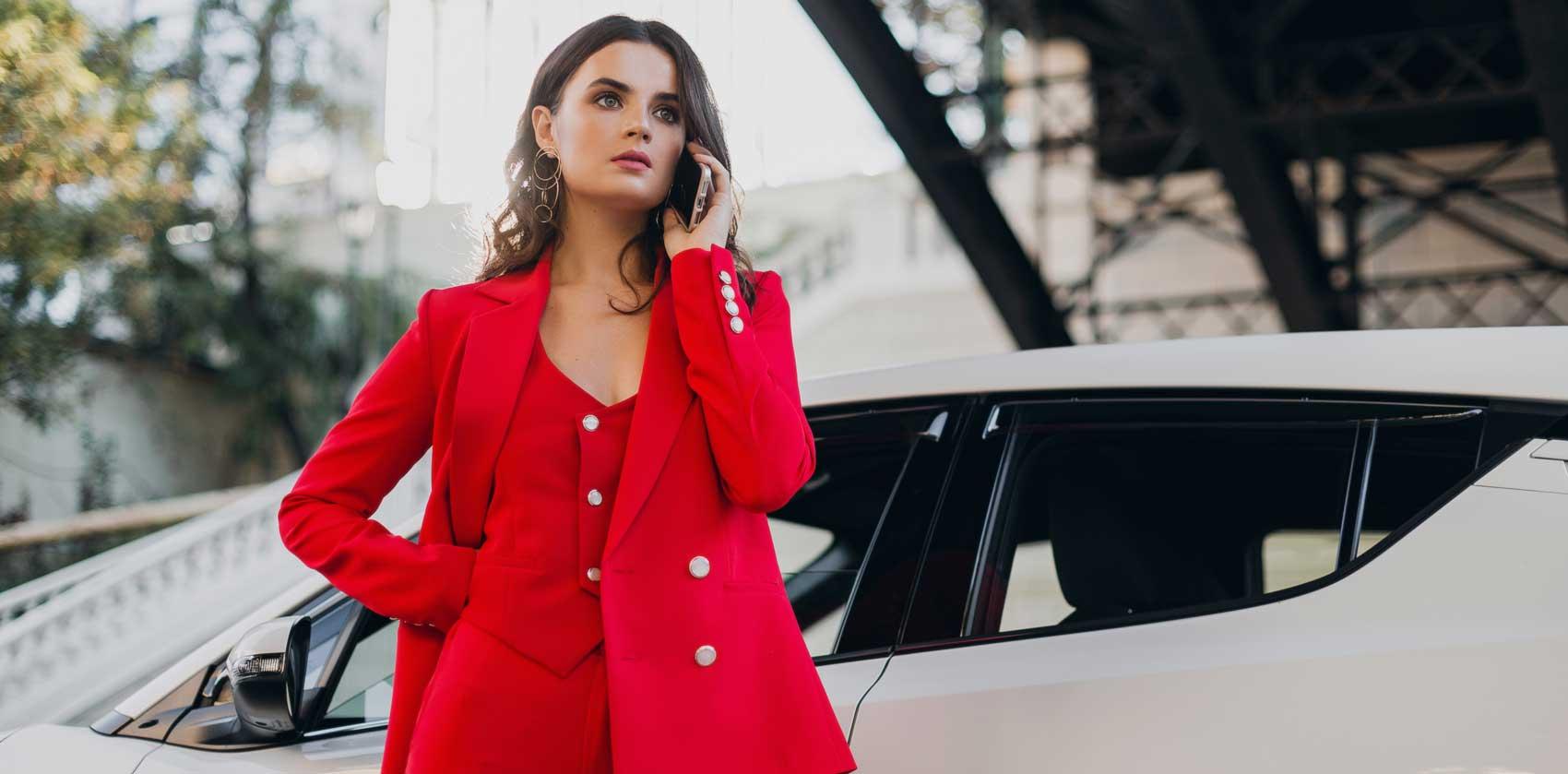 Frau steht vor ihrem Firmenwagen im Auto-Abo von ViveLaCar.