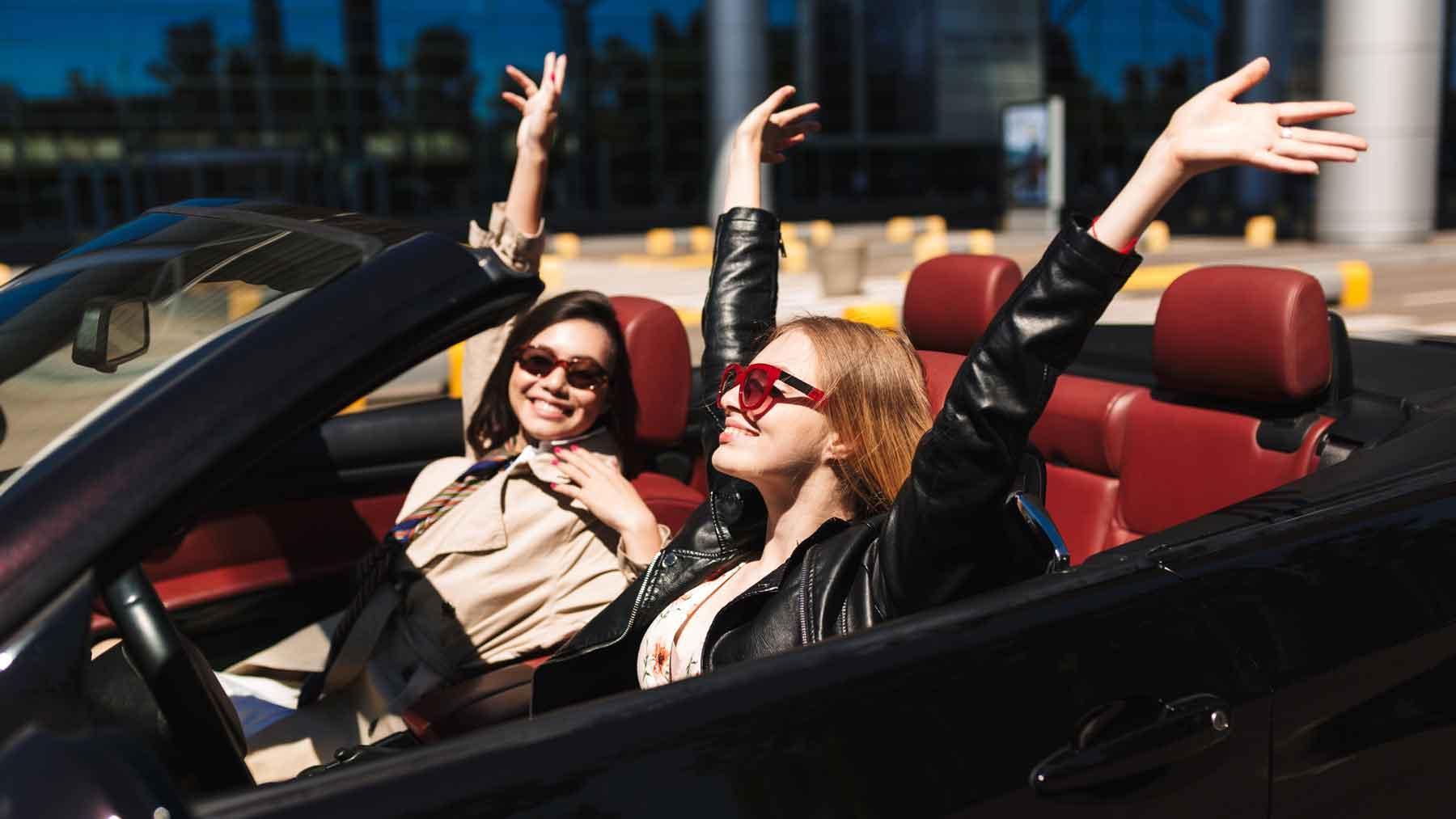 Zwei Frauen sind sorgenfrei mit ihrem ViveLaCar Abo-Auto.