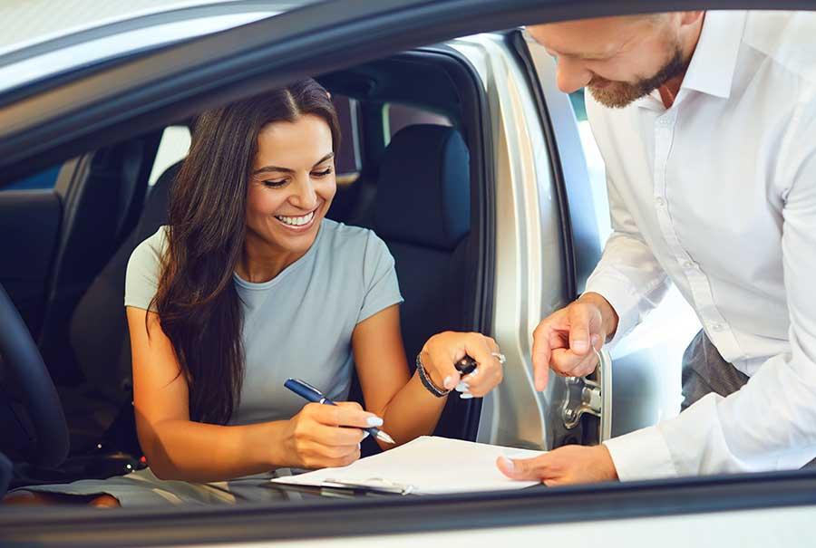 Auto-Abo statt Autokauf. Dies Frau abonniert ihren Traumwagen.