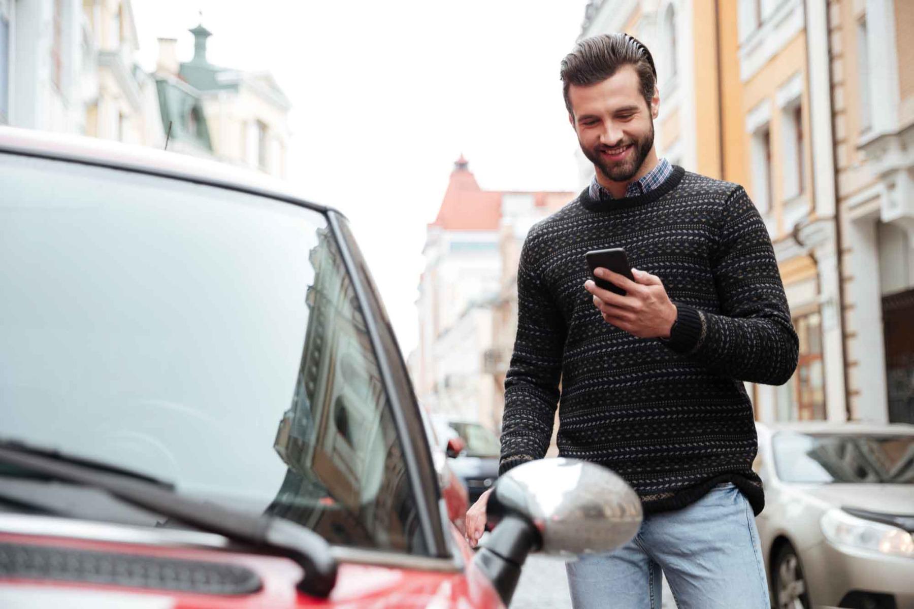 Mann ist sorgenfrei mit seinem ViveLaCar Auto-Abo.