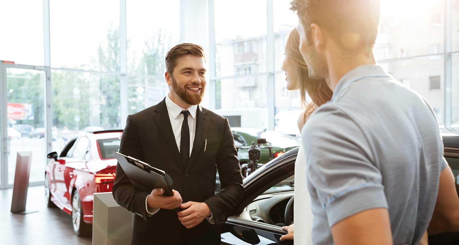 Mann stellt Auto-Abo potentielle Kunden vor.